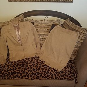 Banana Republic Suit Sz 6 (Jacket)  Sz 8 (Skirt)
